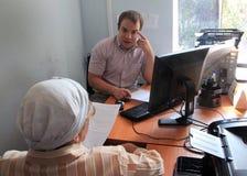 Ηλικιωμένο άτομο στο γραφείο Στοκ Εικόνα