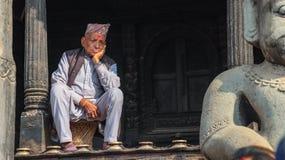 Ηλικιωμένο άτομο Nepali που φορά την εθνική ΚΑΠ στοκ εικόνες