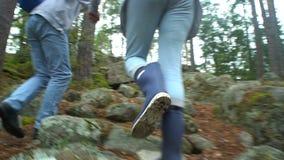 Ηλικιωμένο ενεργό ζεύγος που αναρριχείται στο βράχο στο βόρειο δάσος απόθεμα βίντεο