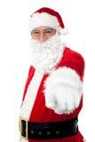 Ηλικιωμένο εύθυμο Santa που δείχνει σε σας Στοκ φωτογραφία με δικαίωμα ελεύθερης χρήσης