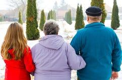 Ηλικιωμένο ζεύγος και νέο caregiver στοκ φωτογραφίες