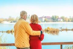 Ηλικιωμένο ζεύγος κοντά στον ποταμό στοκ φωτογραφία με δικαίωμα ελεύθερης χρήσης
