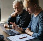 Ηλικιωμένο ζεύγος που ερευνά τις πληροφορίες on-line Στοκ φωτογραφίες με δικαίωμα ελεύθερης χρήσης