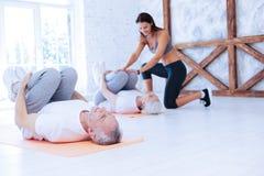 Ηλικιωμένο ζεύγος που κάνει τις τεντώνοντας ασκήσεις στοκ φωτογραφία με δικαίωμα ελεύθερης χρήσης