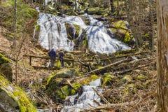 Ηλικιωμένο ζεύγος στη βάση των πτώσεων σκηνών, Βιρτζίνια, ΗΠΑ Στοκ Φωτογραφίες