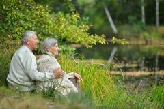 Ηλικιωμένο ζεύγος στη φύση Στοκ φωτογραφία με δικαίωμα ελεύθερης χρήσης
