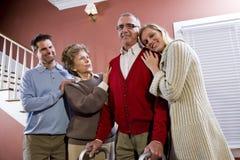 Ηλικιωμένο ζεύγος στο σπίτι με τα ενήλικα παιδιά Στοκ εικόνα με δικαίωμα ελεύθερης χρήσης