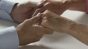 Ηλικιωμένο παντρεμένο ζευγάρι που διατηρεί τις σχέσεις τους στην αρμονία, την αγάπη και την υποστήριξη απόθεμα βίντεο