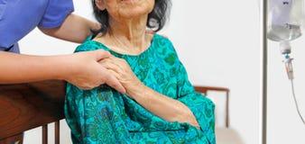 Ηλικιωμένο χέρι εκμετάλλευσης γυναικών με το caregiver στοκ εικόνες