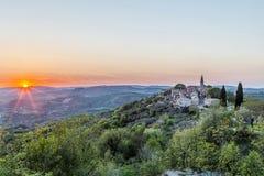 Ηλιοβασίλεμα άνοιξης σε Draguc, Istria, Κροατία Στοκ Εικόνα