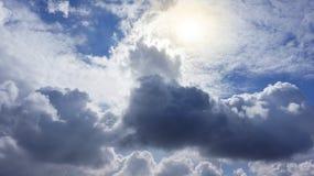 Ηλιοβασίλεμα ή ανατολή με τα σύννεφα, τις ελαφριές ακτίνες και άλλη ατμοσφαιρική επίδραση στοκ φωτογραφία