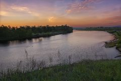 Ηλιοβασίλεμα ή ανατολή στον ποταμό Στοκ φωτογραφία με δικαίωμα ελεύθερης χρήσης