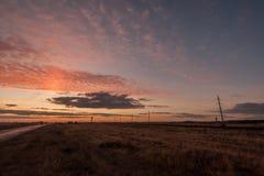 Ηλιοβασίλεμα αέρα μπλε σύννεφων ουρανός της οδικής Σικελίας πανοράματος χωρών ανοικτός Ομίχλη φθινοπώρου Νότος της Ρωσίας Στοκ Εικόνες