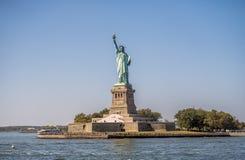 ηλιοβασίλεμα αγαλμάτων της Νέας Υόρκης ελευθερίας πόλεων Στοκ Φωτογραφίες