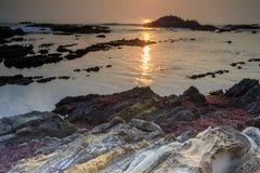 Ηλιοβασίλεμα ακτών σχηματισμού βράχου Στοκ Εικόνες