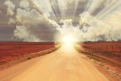Ηλιοβασίλεμα ανατολής φαντασίας στο τέλος του βρώμικου δρόμου - ορίζοντας στοκ φωτογραφίες με δικαίωμα ελεύθερης χρήσης