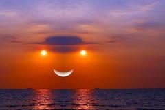 ηλιοβασίλεμα αντανάκλασης στο μισό φεγγάρι θάλασσας στον ουρανό βραδιού Στοκ εικόνα με δικαίωμα ελεύθερης χρήσης