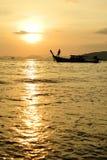 ηλιοβασίλεμα βαρκών longtail Στοκ εικόνα με δικαίωμα ελεύθερης χρήσης