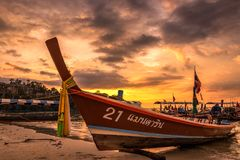 Ηλιοβασίλεμα βαρκών Longtail Στοκ Φωτογραφίες