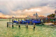 ηλιοβασίλεμα Βενετία της Ιταλίας Επιγραφή στα ιταλικά: υπηρεσία gondol Στοκ εικόνες με δικαίωμα ελεύθερης χρήσης