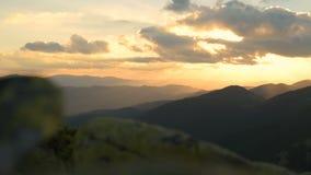 Ηλιοβασίλεμα, βουνά, αλπικό πεύκο, αέρας απόθεμα βίντεο