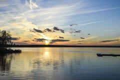 Ηλιοβασίλεμα βραδιού στο φωτεινό ελαφρύ CL νερού αντανάκλασης θάλασσας ποταμών στοκ εικόνες με δικαίωμα ελεύθερης χρήσης