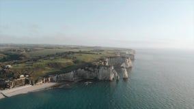 Ηλιοβασίλεμα Γαλλία Νορμανδία βράχου Оcean Etretat απόθεμα βίντεο