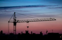ηλιοβασίλεμα γερανών οικοδόμησης Στοκ εικόνα με δικαίωμα ελεύθερης χρήσης