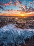 Ηλιοβασίλεμα για έναν απίστευτα όμορφο ουρανό που απεικονίζεται στον κρύο πάγο Στοκ Εικόνες