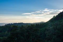 Ηλιοβασίλεμα, δέντρα, βουνά, τρόπος σε Poço Azul, εθνικό πάρκο του pe Στοκ Φωτογραφίες