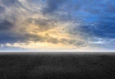 Ηλιοβασίλεμα δρόμων και ουρανού ασφάλτου Στοκ φωτογραφία με δικαίωμα ελεύθερης χρήσης