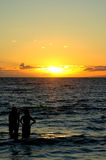 ηλιοβασίλεμα δύο γυναί&kappa Στοκ εικόνες με δικαίωμα ελεύθερης χρήσης