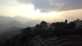 Ηλιοβασίλεμα επάνω από την κοιλάδα στα βουνά του Ιμαλαίαυ, σχεδιάγραμμα του Νεπάλ Cinelike απόθεμα βίντεο
