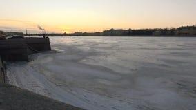 Ηλιοβασίλεμα επάνω από τον παγωμένο ποταμό Neva στην Αγία Πετρούπολη απόθεμα βίντεο