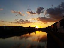 Ηλιοβασίλεμα επάνω από τον ποταμό Arno στην Πίζα, Ιταλία Στοκ εικόνες με δικαίωμα ελεύθερης χρήσης