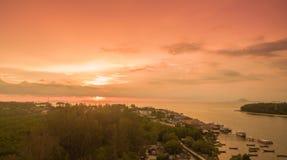 ηλιοβασίλεμα επάνω από το νησί Lanta στοκ εικόνες