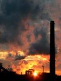 ηλιοβασίλεμα εργοστα&si Στοκ Φωτογραφίες