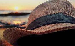 Ηλιοβασίλεμα θάλασσας, καπέλο με το υπόβαθρο θαμπάδων στοκ φωτογραφίες
