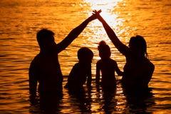 ηλιοβασίλεμα θάλασσας προγόνων παιδιών Στοκ Φωτογραφία