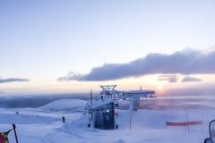 Ηλιοβασίλεμα θαλάμων σκι στα βουνά στο tundra παντού άσπρο τοπίο χιονιού στοκ φωτογραφία με δικαίωμα ελεύθερης χρήσης