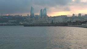 Ηλιοβασίλεμα Ιανουαρίου σύννεφων στον κόλπο του Μπακού φλυάρων απόθεμα βίντεο