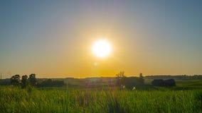 Ηλιοβασίλεμα και αγροτικό τοπίο, χρόνος-σφάλμα με το γερανό απόθεμα βίντεο