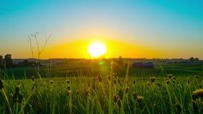 Ηλιοβασίλεμα και αγροτικό τοπίο, χρόνος-σφάλμα με το γερανό φιλμ μικρού μήκους