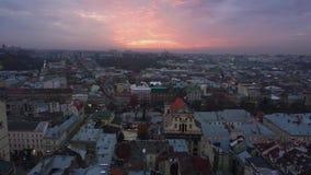 Ηλιοβασίλεμα και πανοραμική εναέρια άποψη από την κορυφή σε Lviv απόθεμα βίντεο