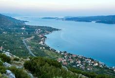Ηλιοβασίλεμα και χωριό θάλασσας στην ακτή Στοκ εικόνες με δικαίωμα ελεύθερης χρήσης