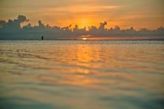 Ηλιοβασίλεμα και siluet του ψαρά πολύ μακριά Στοκ φωτογραφία με δικαίωμα ελεύθερης χρήσης