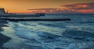Ηλιοβασίλεμα κατά μήκος της ακτής της Μαύρης Θάλασσας Στοκ Φωτογραφία