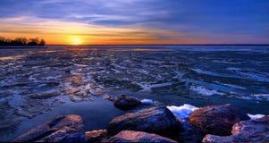 Ηλιοβασίλεμα κατά τη διάρκεια Thaw στοκ φωτογραφία με δικαίωμα ελεύθερης χρήσης