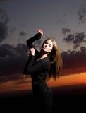 ηλιοβασίλεμα κοριτσιών & Στοκ Φωτογραφίες