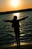 ηλιοβασίλεμα κοριτσιών Στοκ Εικόνες